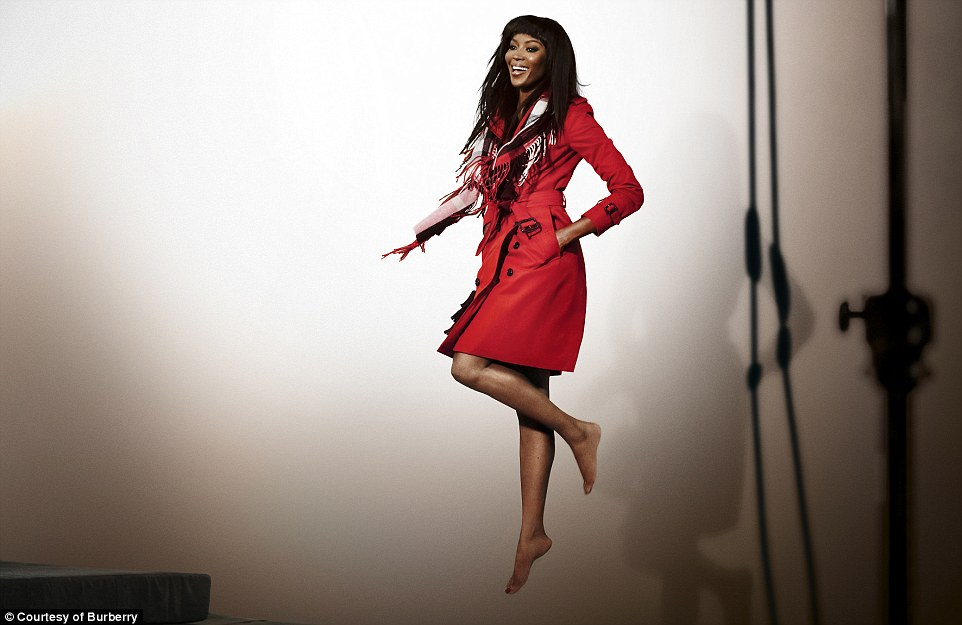 2E0A9FB000000578-3300504-A_laughing_Naomi_Campbell_manages_to_look_effortlessly_relaxed_a-a-3_1446505591676